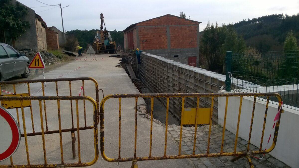 evolucao_da_obra_de_construcao_de_muro_de_suporte_de_estrada_rua_martinho_juncal