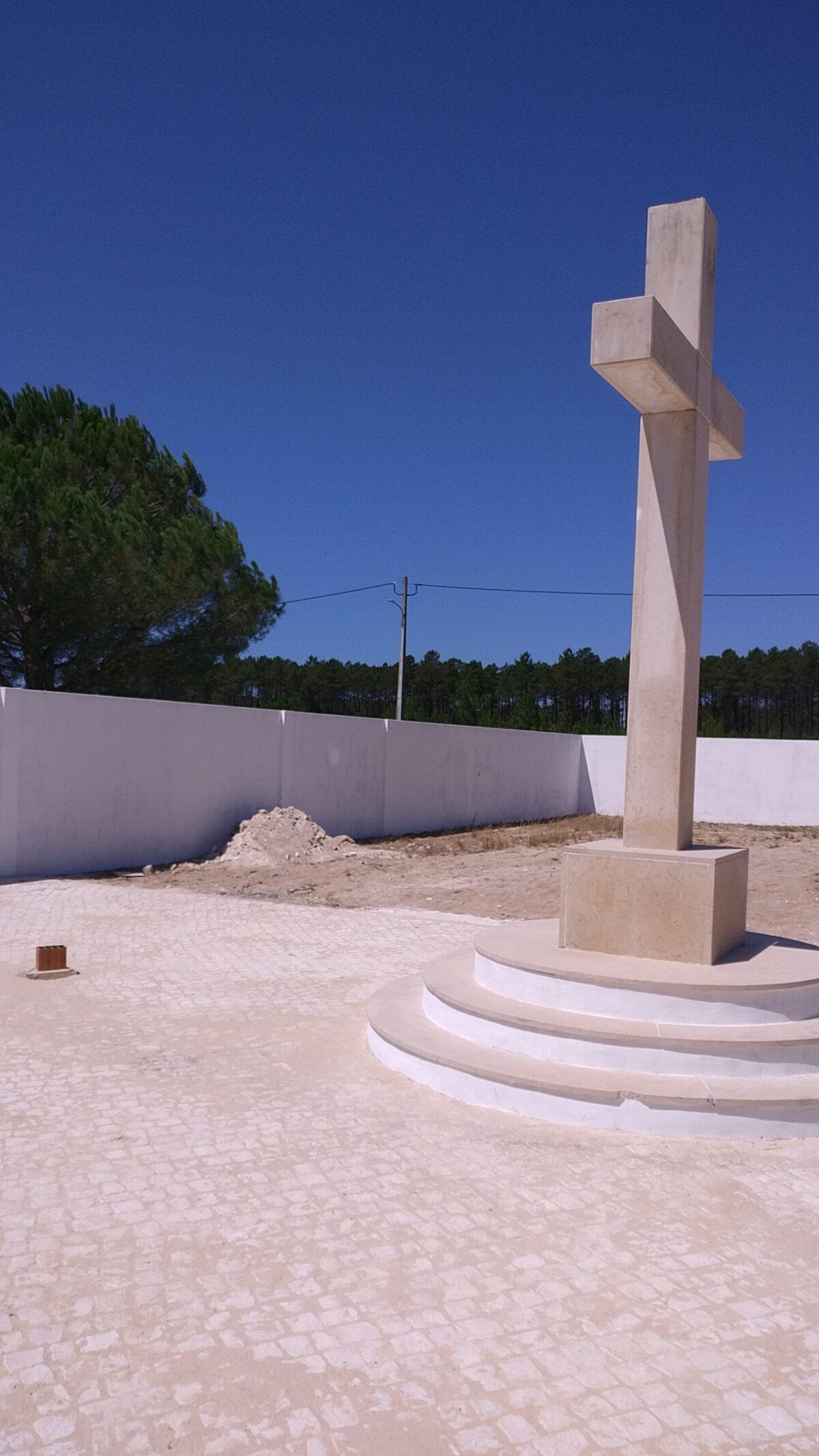 Colocação de calçada no corredor central do Cemitério