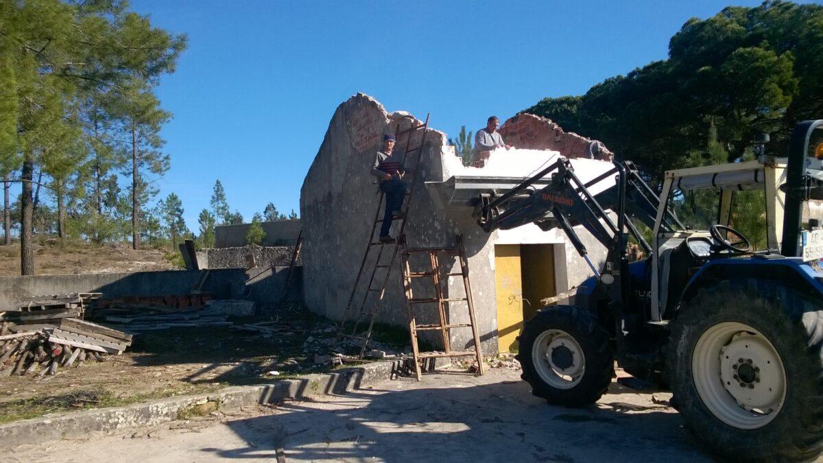 retirada_do_telhado_e_demolir_parte_das_paredes_da_arrecadacao_de_escola_da_ribeira_do_pereiro
