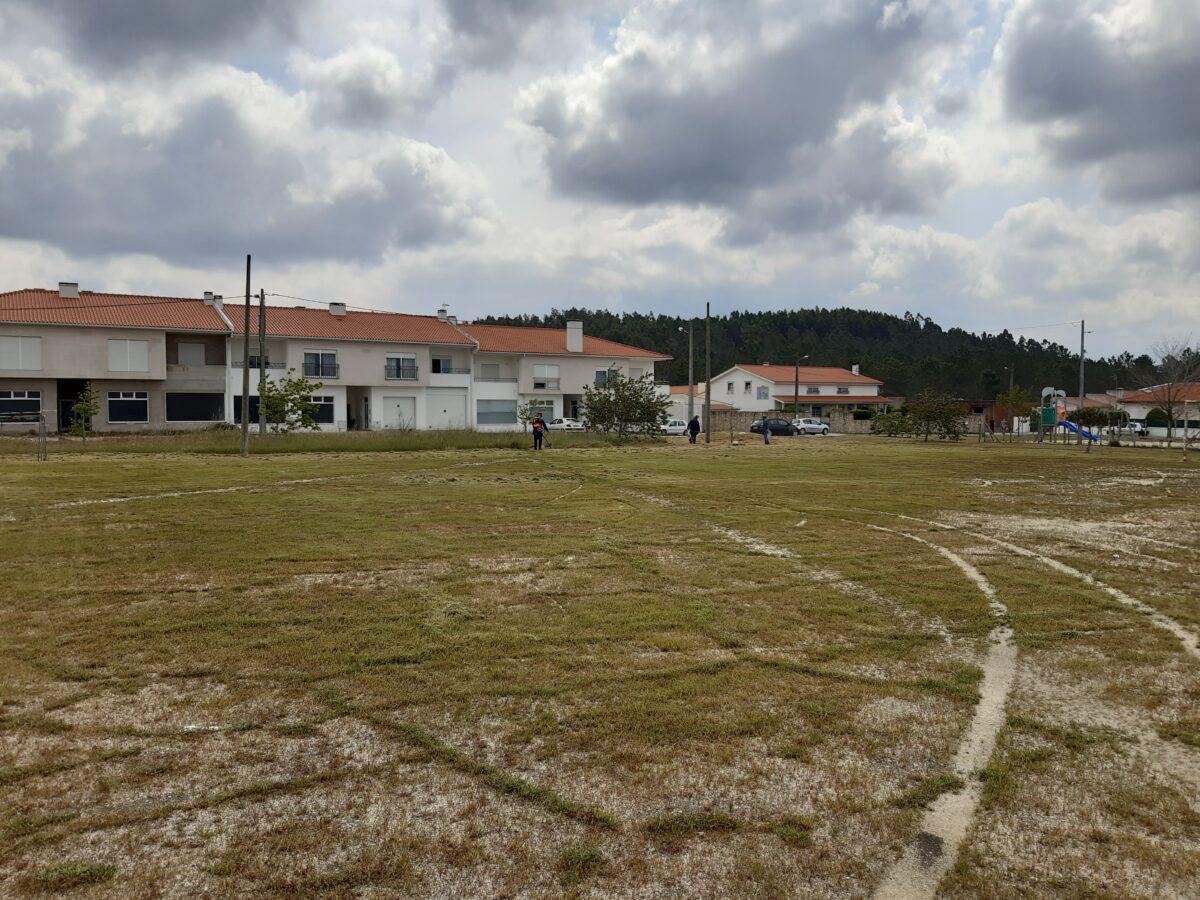 limpeza_e_corte_da_relva_no_campo_de_futebol_do_casal_da_areia