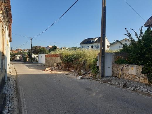 20200527_084715_-_rua_com_muro_danificada